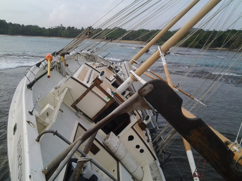 Time of Wonder naufraga sul reef a Panama