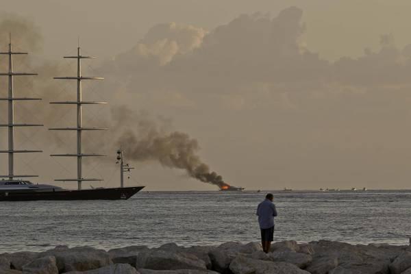 Yacht in fiamme a Napoli: è di De Laurentiis che era a bordo