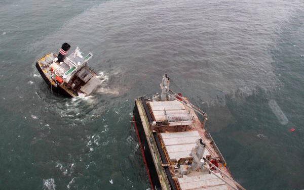 Giappone: si spezza nave-cargo e fuoriesce petrolio in mare